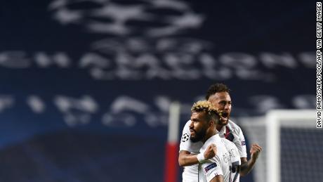Eric Maxim Choupo-Apprendi (a destra) e Neymar reagire durante il PSG's Champions League quarti di finale vittoria.