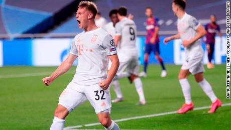 Kimmich festeggia dopo il gol la sua squadra's quinto gol contro il Barcellona.
