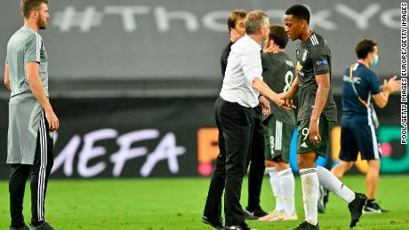 Solskjaer (seconda a destra) console di Anthony Martial (a destra) dopo la sconfitta contro il Siviglia.