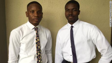 Dominic Onyekachi (L) ร่วมมือกับ Tolulope Wojuola (R) และ Fanan Dala (ไม่มีภาพ) เพื่อเตะ Akiddie