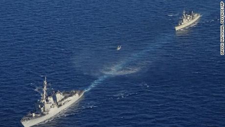 Sur cette photo fournie par le ministère grec de la Défense nationale, des navires de guerre participent à un exercice militaire gréco-américain au sud de l'île de Crète, le 24 août 2020.