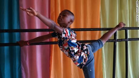 เด็กชายชาวไนจีเรียวัย 11 ปีเปลี่ยนจากการเต้นเท้าเปล่าตามท้องถนนมาเป็นดาราบัลเล่ต์ที่แพร่ระบาดได้อย่างไร