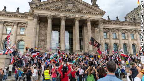 การตอบสนองต่อไวรัสของเยอรมนีได้รับการยอมรับ  แต่การประท้วงเรื่องวัคซีนและหน้ากากอนามัยแสดงให้เห็นว่าเป็นเหยื่อของความสำเร็จของตัวเอง