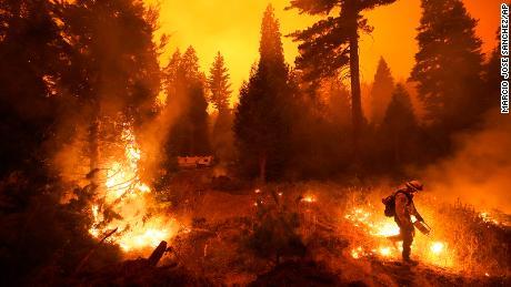 Des centaines de personnes ont dû être sauvées de l'incendie du ruisseau après qu'un mur de feu a piégé des personnes.