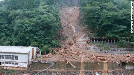 ภาพถ่ายแสดงพื้นที่ถล่มซึ่งมีผู้สูญหาย 4 คนเนื่องจากพายุไต้ฝุ่นไห่เซินในหมู่บ้านชิบะจังหวัดมิยาซากิทางตะวันตกเฉียงใต้ของญี่ปุ่นเมื่อวันที่ 7 กันยายน 2020