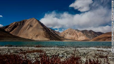 ภูเขาสูงขึ้นเหนือทะเลสาบ Pangong Tso เมื่อวันที่ 5 ตุลาคม 2012 ใกล้เมือง Leh ใน Ladakh ประเทศอินเดีย