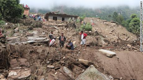ชาวบ้านและหน่วยกู้ภัยออกค้นหาผู้ประสบภัยดินถล่มในอำเภอสินธุปาลโชค