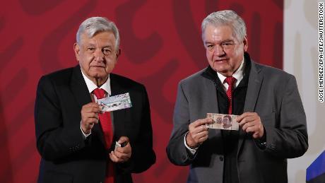 ประธานาธิบดีแห่งเม็กซิโก Andres Manuel Lopez Obrador จากไปแสดงตั๋วของเขาสำหรับการจับฉลากเครื่องบินของประธานาธิบดีถัดจากผู้อำนวยการทั่วไปของลอตเตอรีแห่งชาติ Ernesto Prieto Ortega ในวันที่ 3 มีนาคม 2020