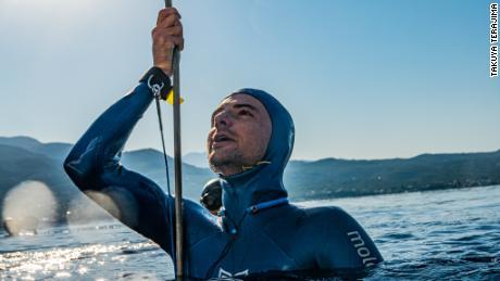 Arnaud Jerald มีความลึกเป็นประวัติการณ์ของโลกโดยนักดำน้ำอิสระกระโดดลงไปที่ความลึก 367.5 ฟุต