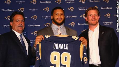โดนัลด์เป็นผู้เล่น NFL Defensive สองสมัยแห่งปี