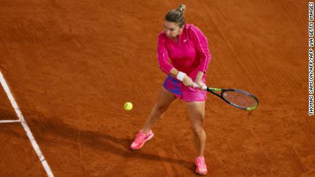 Halep ส่งบอลคืนให้ Anisimova ระหว่างการแข่งขันรอบสามที่ French Open