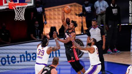 Jimmy Butler ของ Miami Heat (22) จ่ายบอลให้กับ Los Angeles Lakers & # 39;  Dwight Howard (39) และ Los Angeles Lakers & # 39;  เลอบรอนเจมส์ (23) ระหว่างเกมที่ 3 ของการแข่งขันบาสเกตบอลเอ็นบีเอรอบชิงชนะเลิศ