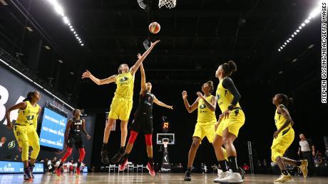 Breanna Stewart of the Seattle Storm เล่นบอลระหว่างเกมที่ 3 ของ WNBA Finals กับ Las Vegas Aces ในวันอังคารที่ 6 ตุลาคม 2020