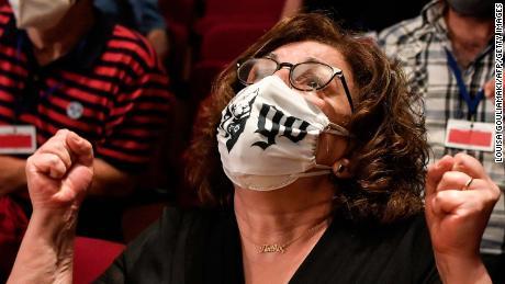 Magda Fyssa แม่ของนักร้อง Pavlos Fyssas ที่ถูกฆาตกรรมตอบโต้ในศาลหลังจากคำตัดสินเมื่อวันที่ 7 ตุลาคม