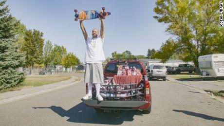 Le camion est de couleur canneberge et avait un grand stock de jus Ocean Spray dans le lit.