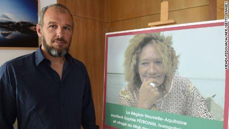 Sébastien Chadaud-Pétroninข้างรูปถ่ายของแม่ของเขา Sophie Pétroninในบอร์โดซ์เมื่อวันที่ 29 สิงหาคม 2018