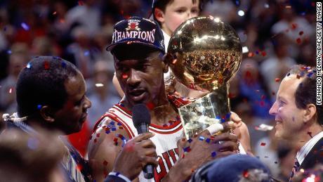 มีเพียงจอร์แดน (หกคน) เท่านั้นที่ได้รับรางวัล NBA Finals MVP มากกว่า James ในตอนนี้หลังจากที่คว้าอันดับสี่ในปีนี้