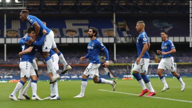 Everton celebrates after Michael Keane's equalizer.