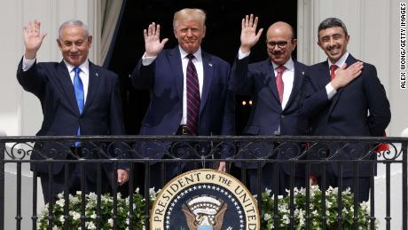 นายกรัฐมนตรีอิสราเอลเบนจามินเนทันยาฮูประธานาธิบดีสหรัฐโดนัลด์ทรัมป์รัฐมนตรีว่าการกระทรวงการต่างประเทศบาห์เรนอับดุลลาติฟบินราชิดอัลซายานีและรัฐมนตรีว่าการกระทรวงการต่างประเทศสหรัฐอาหรับเอมิเรตส์อับดุลลาห์บินซาเยดบินสุลต่านอัลนาห์ยานโบกมือจากทำเนียบขาวหลังพิธีลงนาม Abraham Accords ในวันที่ 15 กันยายน 2020 ในวอชิงตันดีซี