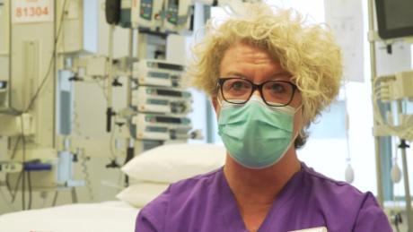 แพทย์และพยาบาลเผชิญกับการล่วงละเมิดเนื่องจากผู้ติดเชื้อไวรัสโคโรนาในสหราชอาณาจักรเพิ่มสูงขึ้น แต่ความห่างเหินทางสังคมลดลง