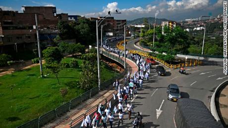 มุมมองทางอากาศของอดีตนักสู้กองโจร FARC เริ่มต้นการเดินขบวนไปยังโบโกตาในวันที่ 29 ต.ค. 2020 เรียกร้องให้มีการตกลงกันอย่างสันติ