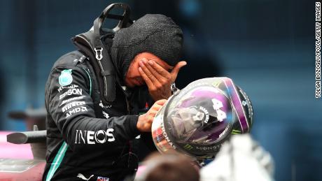 แฮมิลตันอารมณ์ดีฉลองร่วมกับทีม Mercedes หลังจบการแข่งขัน