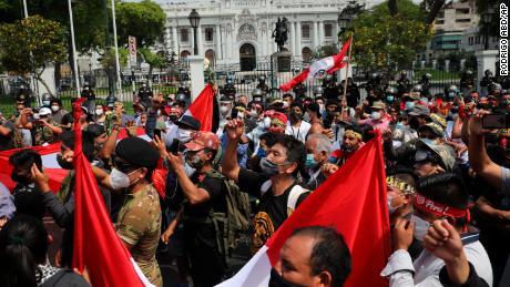 ประชาชนแสดงความสนับสนุนประชาธิปไตยและต่อต้านการทุจริตนอกสภาคองเกรสในกรุงลิมาประเทศเปรูเมื่อวันที่ 16 พฤศจิกายน