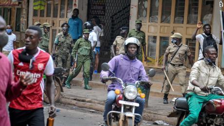 ยอดผู้เสียชีวิตเพิ่มขึ้นในกัมปาลาเนื่องจากการประท้วงเรื่องการจับกุมของ Bobi Wine ยังคงดำเนินต่อไป