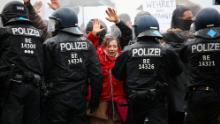 مظاہرین نے 18 نومبر ، 2020 کو برلن میں حکومت کی کورونا وائرس پابندیوں کے خلاف احتجاج کے دوران پولیس افسران کے سامنے اپنے ہاتھ رکھیں۔