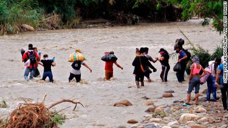 ชาวเวเนซุเอลาพยายามข้ามแม่น้ำ Tachira ใน Cucuta ประเทศโคลอมเบีย