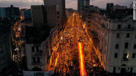 ผู้คนที่ปฏิเสธที่จะยอมรับรัฐบาลใหม่ของเปรูรวมตัวกันเพื่อประท้วงในกรุงลิมาเมื่อวันเสาร์ที่ 14 พฤศจิกายน