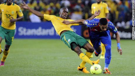 Ngcongca (กลาง) ชนะการครอบครองระหว่างเกม Africa Cup of Nations ที่พบกับ Cape Verde ในเดือนมกราคม 2013