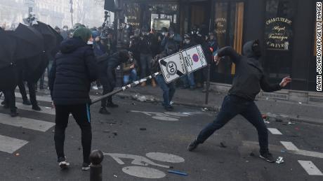 ผู้ประท้วงปะทะกับตำรวจระหว่างการประท้วงต่อต้าน & quot; ความมั่นคงทั่วโลก & quot;  ร่างกฎหมายในปารีสในวันเสาร์ที่ 28 พฤศจิกายน 2020