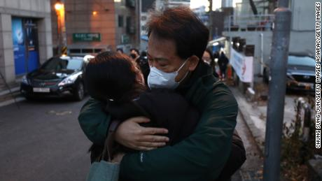 พ่อกอดลูกสาวสอบเข้ามหาวิทยาลัยท่ามกลางการแพร่ระบาดของไวรัสโคโรนาเมื่อวันที่ 3 ธันวาคม 2020 ในกรุงโซลประเทศเกาหลีใต้