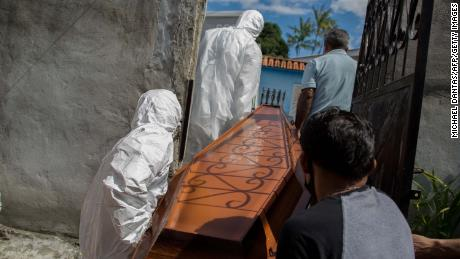 Municipal personnel at SOS Funeral extracted the body of 75-year-old Adomar Mendonca Macial from his home in Manaus on January 16, 2021, after the demise of COVID-19.