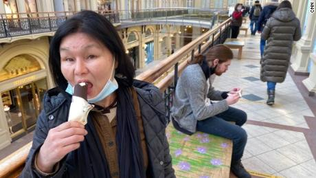 GUM department store customers enjoy free ice cream after vaccination.