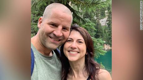 MacKenzie Scott has married Dan Jewett.