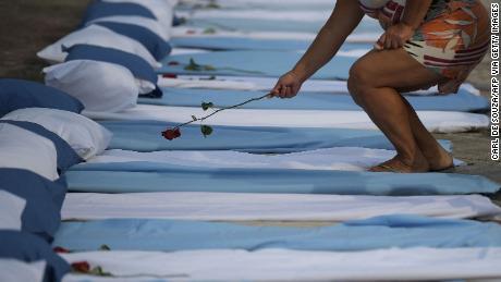 As mortes superam os nascimentos em algumas cidades brasileiras, com o ressurgimento de Covid-19