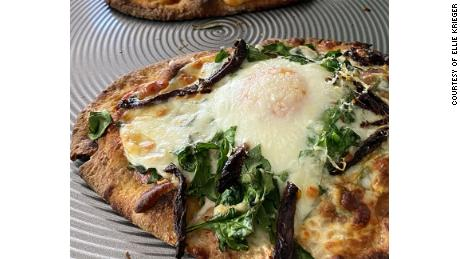 Flatbread pizza with spinach and egg