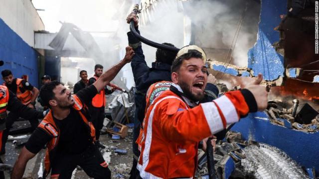 Bombeiros palestinos apagaram um incêndio na fábrica de colchões Foamco após um ataque aéreo israelense a leste de Jabalia, Gaza, na segunda-feira, 17 de maio.