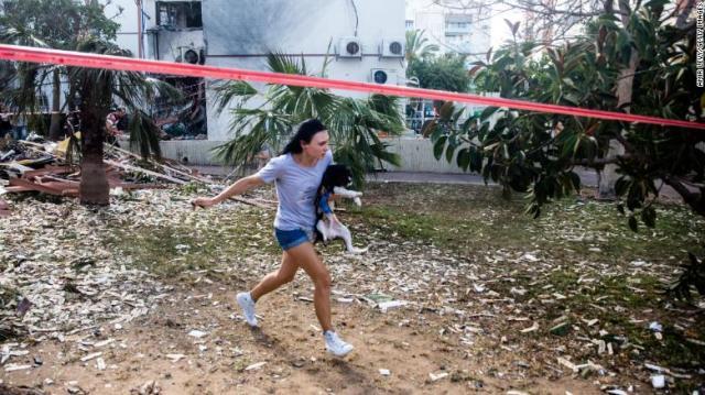 Uma mulher corre para um abrigo em Ashdod, Israel, depois que sirenes alertaram sobre foguetes disparados de Gaza na segunda-feira.