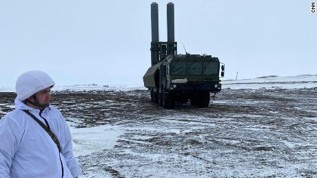 L'esercito russo ha mostrato ai giornalisti il suo sistema missilistico di difesa costiera Bastion che ha posizionato su Franz Josef Land, che si dice possa colpire navi o bersagli terrestri a più di 200 miglia dalla costa.
