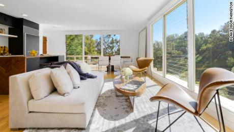 The sellers have chosen an all-cash offer at $ 1.7 million that could close in five days when they sell this Beverly Hills home.