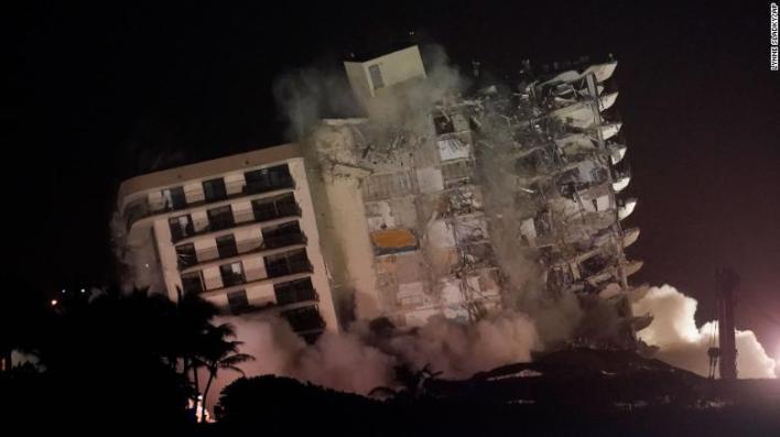 La estructura restante dañada en el edificio de condominios Champlain Towers South se derrumba en una demolición controlada, el domingo en Surfside, Florida.