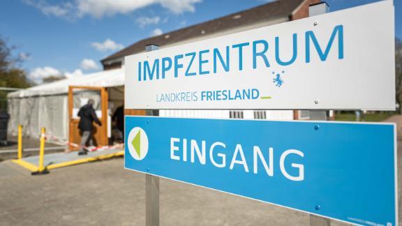 Il centro di immunizzazione di Roffhausen in Frisia, nel nord-ovest della Germania