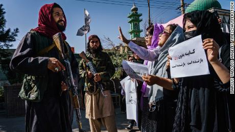 طالبان جنگجو تمام مرد عبوری حکومت کے خلاف احتجاج کرنے والی افغان خواتین کے خلاف کوڑوں کا استعمال کرتے ہیں۔