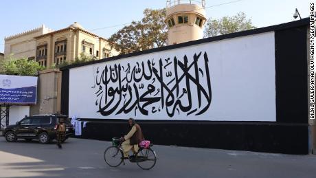 8 सितंबर को काबुल में तालिबान के झंडे से रंगे जाने के बाद अमेरिकी दूतावास की दीवारें।