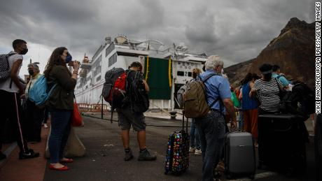 Tourists leave La Palma on September 25 after a volcanic eruption that began a week earlier in the area of Cumbre Vieja.
