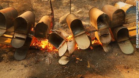 कैलिफोर्निया के गेविओटा तट में रिफ्यूजियो रोड पर खेत के मेलबॉक्स मंगलवार को अलीसाल आग की लपटों से नष्ट हो गए।