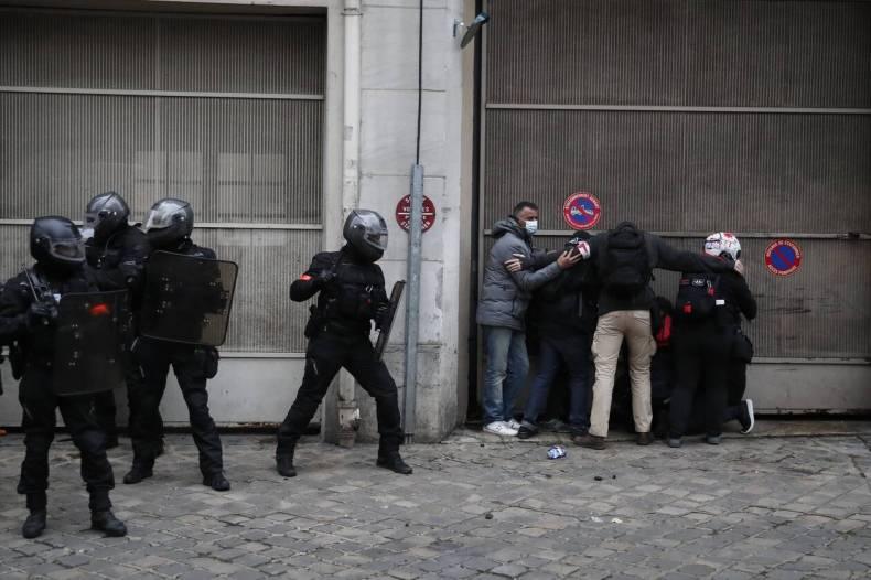 https://cdn.cnngreece.gr/media/news/2020/12/05/245720/photos/snapshot/xaos-parisi-dakrygona-fwties-2.jpg